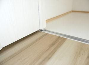下レールは敷居や床の上に3 ミリレールを取付ております